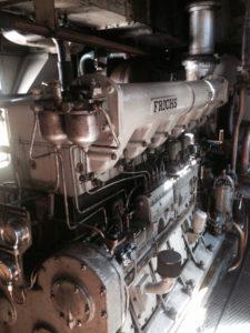 Gamle lokomotiver er mere rene end jyske Banks maskinrum, som summer af uærlige motor lyde som en 2 trakter der kører kun kører på 1 cylinder